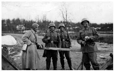 Vid gränsbommen väster om Fjällnäs i april eller maj 1940. Vid bommen står svenska och tyska/österrikiska soldater. Foto: okänd