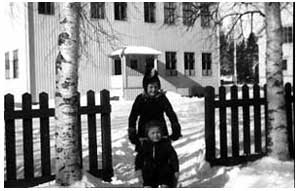 Helmi och Tauno på sparken utanför skolan