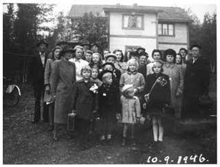 Finska krigsbarn samlade med nära och kära innan återresan till Finland.
