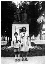 Tauno och Helmi framför statyn över Zacharias Topelius i staden Vasa, Finland